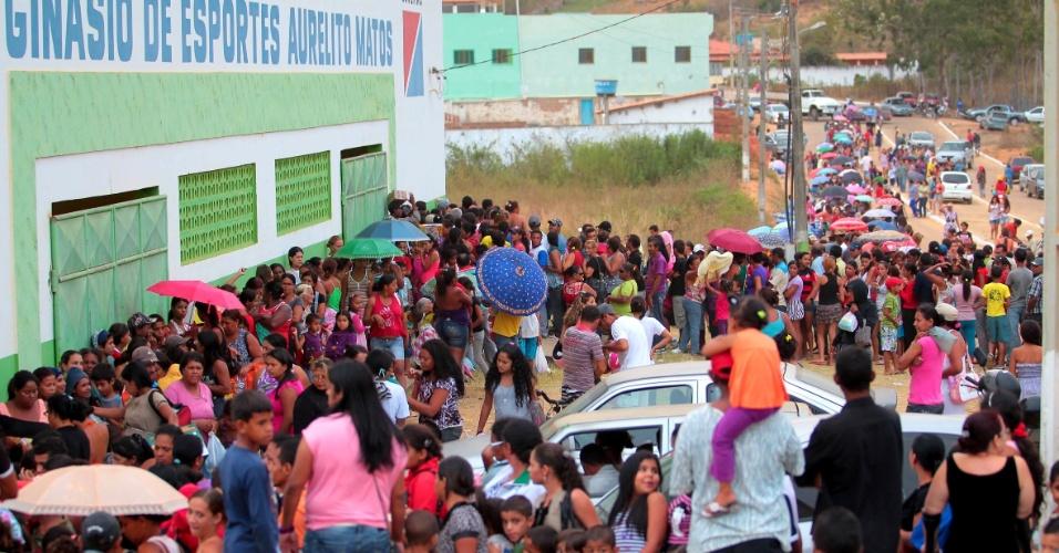3.mai.2013 - Moradores de Encruzilhada, no sul da Bahia, formaram fila em frente ao Ginásio Poliesportivo da cidade, onde oitenta e cinco médicos de 14 especialidades estão realizando atendimento médico gratuito