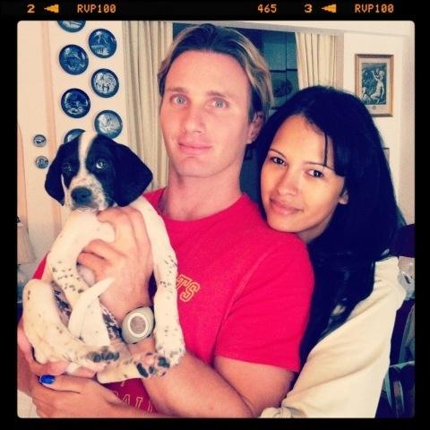 A ex-BBB Ariadna ganhou do seu namorado, Gabriele Benedetti, esse cachorinho na manhã do dia 3/5/12. O filhote já tem nome, chama-se