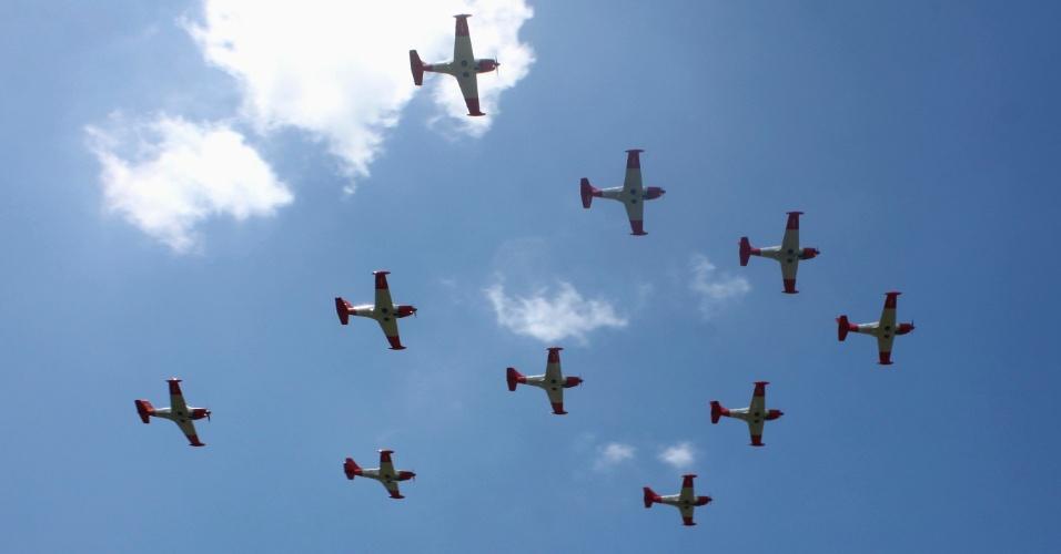 3.mai.2012 - Aviões da Força Aérea sobrevoam em formação diamante a cidade de Legazpi, nas Filipinas, durante treinamento