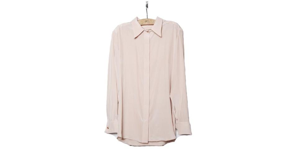 Camisa nude em seda; R$ 422, na Têca