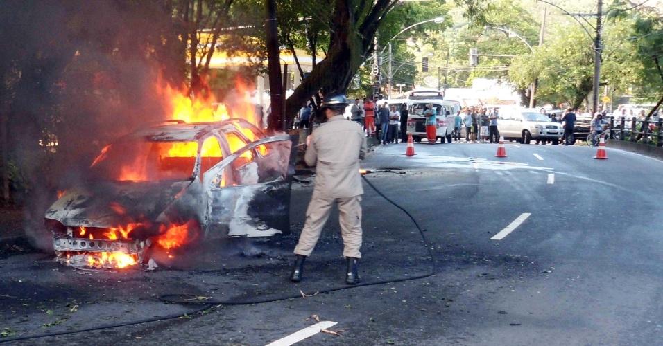 Carro pega fogo na manhã de hoje na estrada da Barra da Tijuca, no Rio de Janeiro. O incêndio provocou uma retenção de 1,5 km e fechou a via na altura do Itanhangá Golf Club por cerca de 1h30
