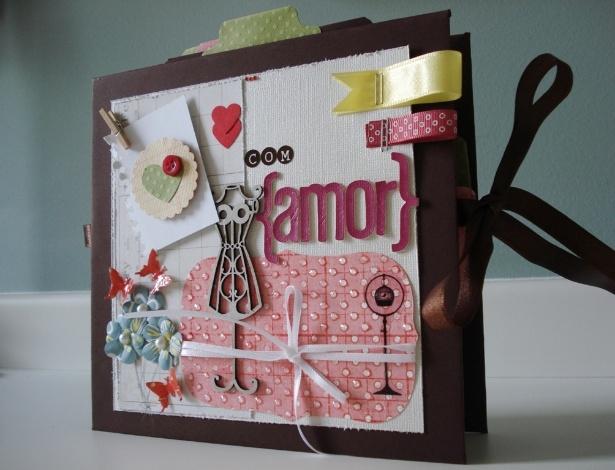 Feito sob encomenda, o miniálbum da artesã Juliana Wruck (www.lovetokeep.com) é um scrapbook, que armazena recordações utilizando papéis, botões, fitas, e outros detalhes