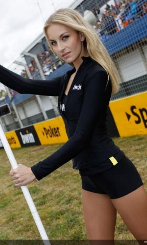 Grid girl da MotoGP mostra sua beleza e posa para foto durante corrida na Espanha