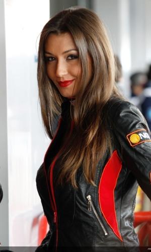 Grid girl da MotoGP sorri durante a etapa de Jerez de La Frontera (ESP) da categoria