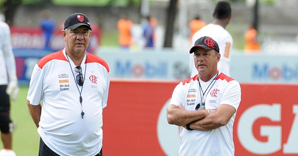 Joel Santana observa treinamento do Flamengo no Ninho do Urubu (03/05/2012)