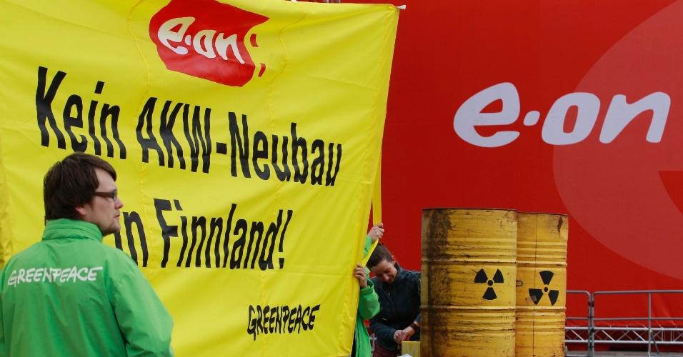 """3.mai.2012 - Manifestantes do Greenpeace seguram uma faixa onde se lê """"Não à construção de nova central nuclear na Finlândia"""", na entrada do encontro anual da gigante alemã E.ON AG em Essen, na Alemanha, nesta quinta-feira (3)"""