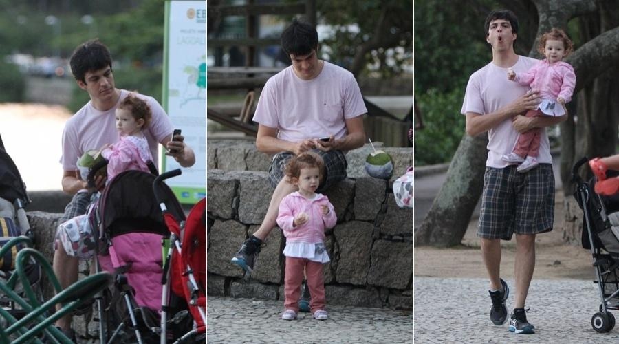 Mateus Solano se diverte com a filha, Flora, na Lagoa Rodrigo de Freitas, zona sul do Rio (3/5/12)