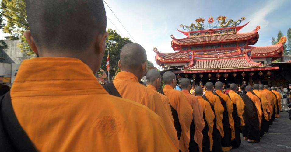 Monges budistas formam fila durante chegada para a procissão das almas na cidade de Magelang, em Java, na Indonésia