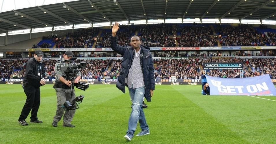 Muamba é aplaudido de pé por torcedores do Bolton e Tottenham em sua primeira aparição pública após sofrer um colapso (02/05/2012)