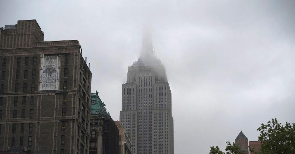 Neblina cobre o topo do prédio do Empire State, em Nova York (EUA)