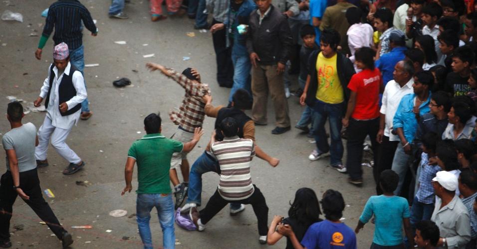Nepaleses brigam durante festival em Lalitpur, no Nepal