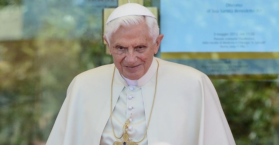 3.mai.2012 - O papa Bento 16 observa fiéis durante visita à faculdade de Medicina e Cirurgia da Universidade Católica do Sagrado Coração, em Roma, na Itália