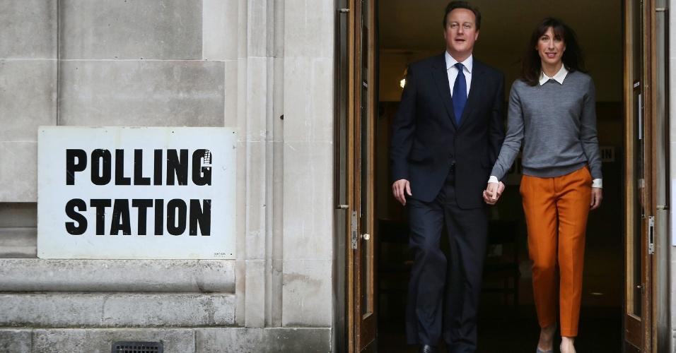 3.mai.2012 - O premiê inglês, David Cameron, deixa posto de votação em Londres (Reino Unido), de mãos dadas com sua mulher Samantha