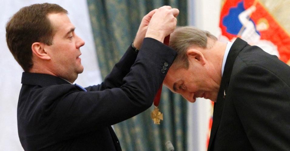 O presidente russo, Dimitri Medvedev, condecora o ex-jogador de hóquei e presidente da federação de hóquei da Rússia, Vladislav Tretyak, durante cerimônia no Kremlin, em Moscou