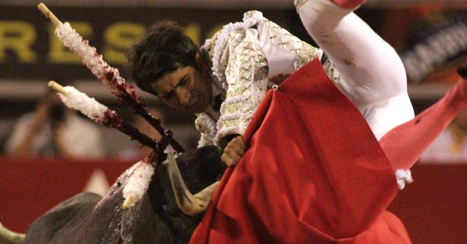 """3.mai.2012 - O toureiro mexicano Joselito Adame é chifrado pelo touro """"Cinquentão"""", de 456 quilos, durante a Tourada de San Marcos, na Praça Monumental de Aguascalientes, no Estado de Aguascalientes, no México"""