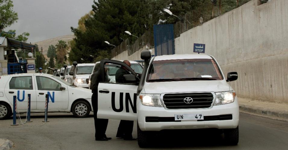 3.mai.2012 - Observadores da ONU (Organização das Nações Unidas) deixam a base de Damasco, na Síria, nesta quinta-feira (3), rumo a Homs. O chefe da missão de supervisão da ONU no país, o general norueguês Robert Mood, autorizou que a imprensa local e internacional participe da viagem