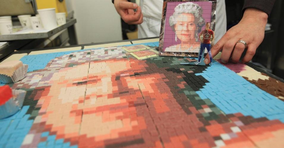 """Padeiro da """"Konditor and Cook"""" mostra um mosaico de marzipan da rainha da Inglaterra, Elizabeth 2ª, modelo para o bolo de 8,73 metros quadrados, feito com 3120 bolinhos, que será exposto no festival do jubileu de diamanta da rainha, em 3 de junho"""