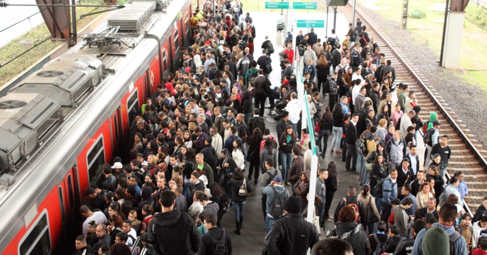 Passageiros que tentavam usar a linha 9-Esmeralda da CPTM (Companhia de Trens Metropolitanos) sofriam na manhã de hoje, em São Paulo, com estações lotadas por causa da velocidade reduzida dos trens em toda a linha