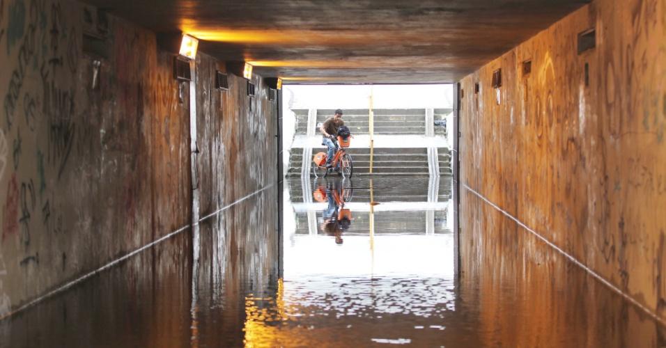 Passarela subterrânea na praia de Botafogo, no Rio de Janeiro, está alagada e coloca pedestres que tentam atravessar as pistas da av. Nações Unidas em risco