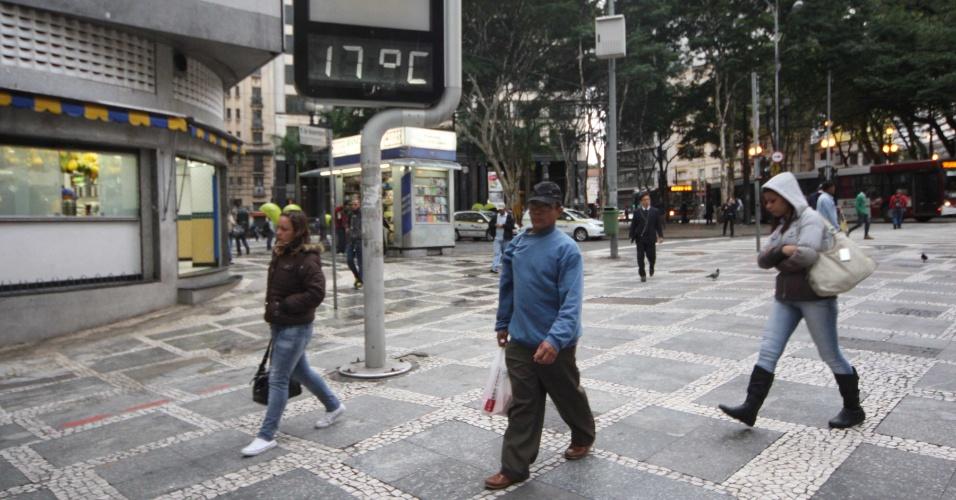 3.mai.2012 - Pedestres agasalhados passam por termômetro no centro de São Paulo, que marca 17º Celsius nesta manhã fria. A previsão é de que a temperatura máxima chegue a 23ºC na capital paulista