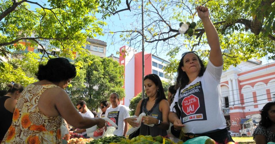 """Professores da rede estadual baiana realizam um protesto nesta quinta-feira (3), em Salvador, como parte das atividades da greve da categoria, que já dura mais de vinte dias. Chamada de """"Feira da Sobrevivência"""", a manifestação pretende arrecadar recursos com a venda de frutas e legumes para ajudar os docentes"""