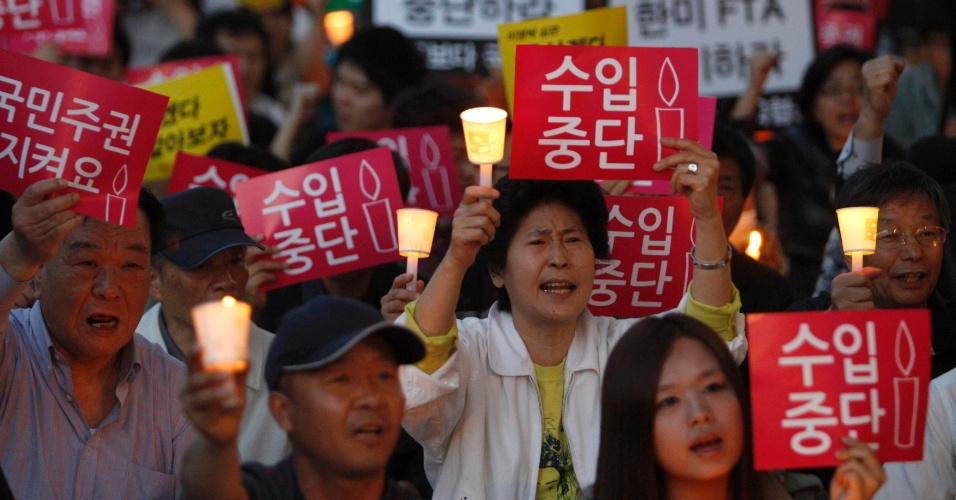 Sul-coreanos participam de protesto contra importações de carne dos Estados Unidos, em Seul