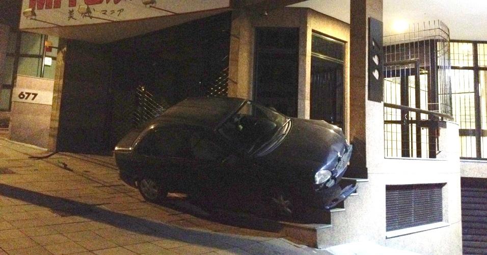 Um motorista de 32 anos provocou um tumulto no centro de Caxias do Sul (RS) no começo da manhã de hoje. Ele perdeu o controle do veículo, colidiu contra o prédio de um banco e só parou quando o carro subiu as escadas de um prédio, bloqueando o acesso