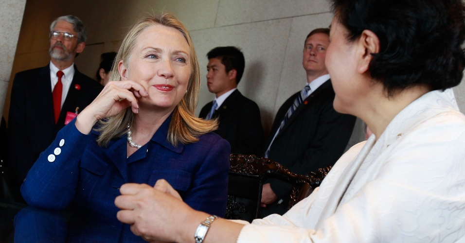 04.mai.2012 - A secretária de Estado dos EUA, Hillary Clinton, conversa com a conselheira de Estado chinesa, Liu Yandong, no Museu Nacional, em Beijing, na China, durante visita oficial