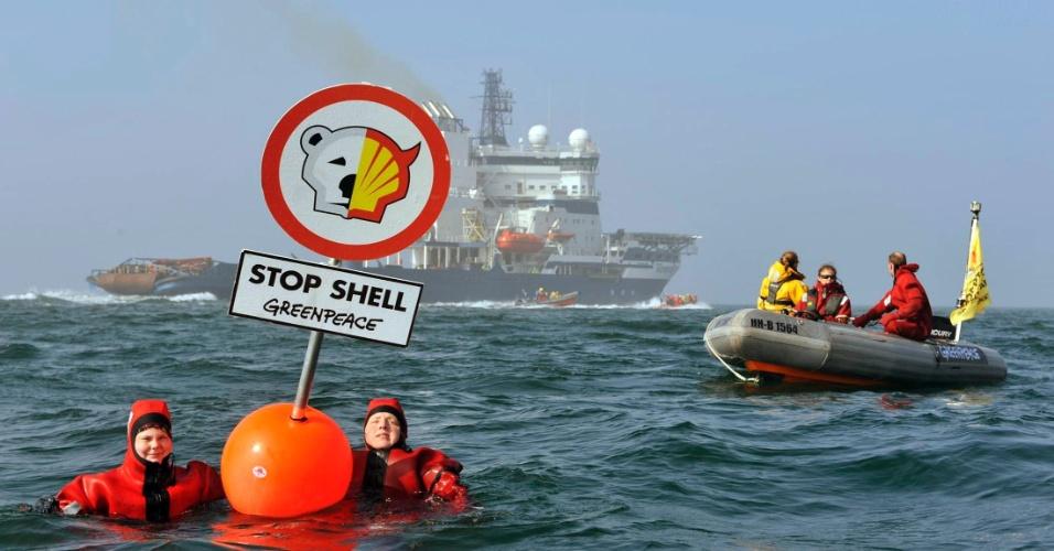 04.mai.2012 - Ativistas do Greenpeace protestam perto do quebra-gelo finlandês Nordica, que foi fretado pela Shell, no Mar Báltico; eles protestam contra a perfuração Ártico, no norte do Alasca