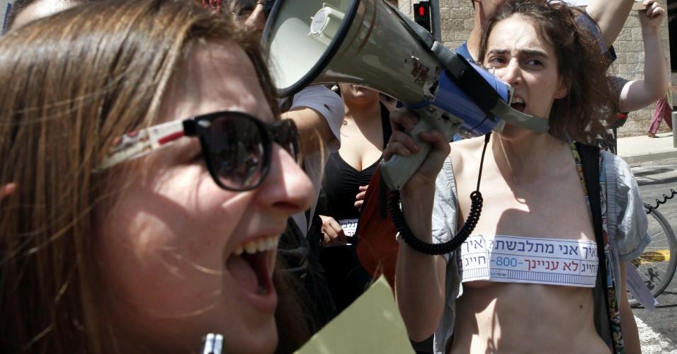 """04.mai.2012 - Ativistas israelenses fazem a """"Marcha das Vadias"""" em Jerusalém, para protestar contra a violência sexual e atentar para a acusação de que as vestimentas femininas e seu comportamento provocam o estupro"""