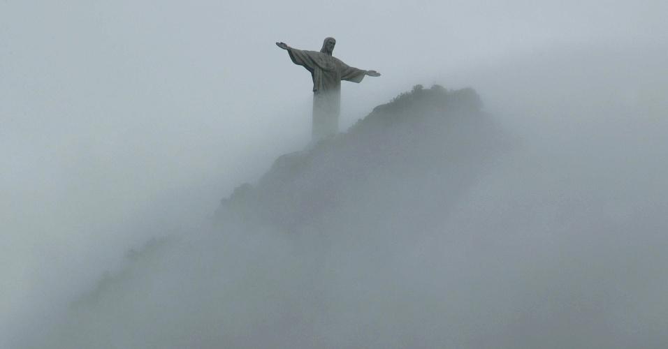 04.mai.2012 - Cristo Redentor amanhece entre nuvens nesta manhã no Rio de Janeiro. A previsão do tempo de hoje é de sol com muitas nuvens durante o dia no Rio, com períodos nublados e chuva a qualquer hora