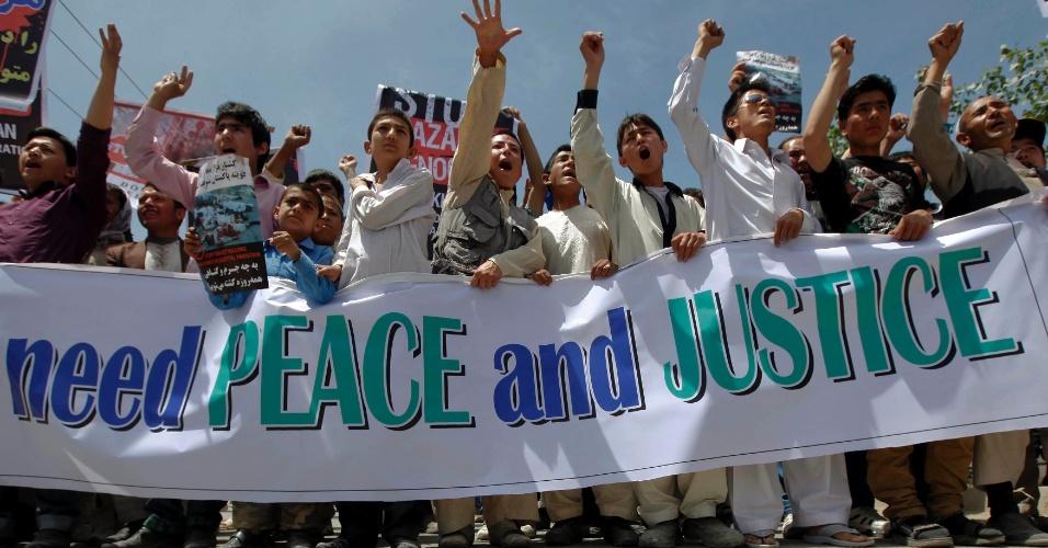 """04.mai.2012 - Manifestantes protestam contra o Paquistão em Cabul, no Afeganistão. Eles culpam o país pela recente morte de muçulmanos. No cartaz se lê """"Nós precisamos de paz e justiça"""""""
