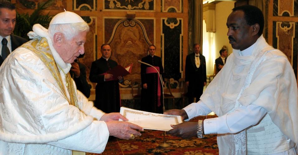04.mai.2012 - O papa Bento 16 cumprimenta o novo embaixador da Etiópia no Vaticano, Teshome Toga Chanaka, no Clementine Hall