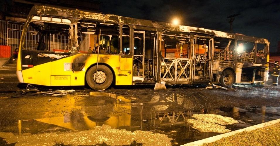 04.mai.2012 - Ônibus público foi incendiado por manifestantes na avenida Nordestina, zona leste de São Paulo. No total, três ônibus foram alvos de ataques