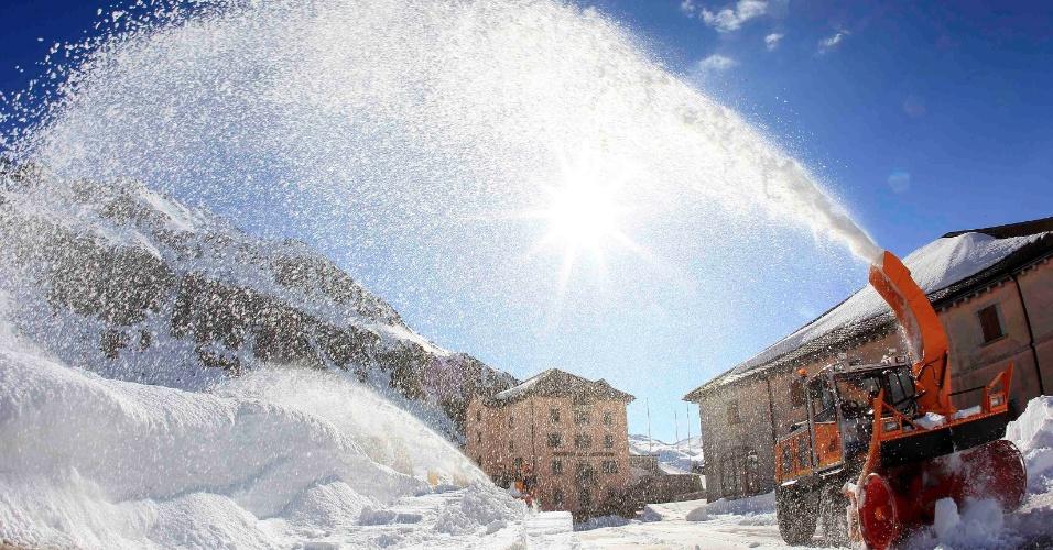 04.mai.2012 - Trabalhador usa máquina para retirar neve de passagem nos alpes suíços