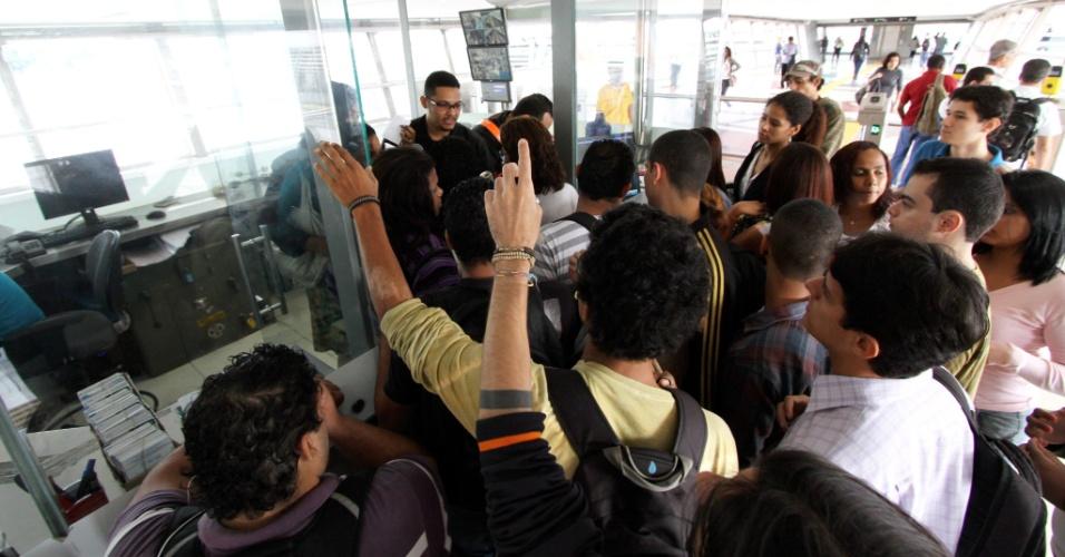 04.mai.2012 - Trem do metrô do Rio de Janeiro não abre as portas e causa confusão na estação Cidade Nova. O trem, que seguia da Pavuna para Botafogo, apresentou problema ao chegar à estação na manhã de hoje