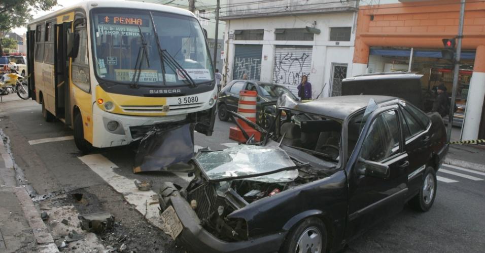 04.mai.2012 - Um microônibus colidiu com um carro na madrugada de hoje na av. Gabriela Mistral, que fica na Penha, zona leste de São Paulo. O carro, que tinha cinco pessoas a bordo, teria invadido a contramão e o motorista - que fugiu do local - não tinha habilitação. Cinco pessoas ficaram feridas