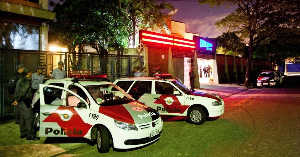 04.mai.2012 - Um motel sofreu tentativa de roubo durante a madrugada de hoje na Barra Funda, zona oeste de São Paulo. Ao menos quatro homens armados anunciaram o roubo na recepção do motel, mas um funcionário ligou para o 190. Quando os policiais da Rota (Rondas Ostensivas Tobias Aguiar) chegaram ao local, foram recebidos a tiros pelos criminosos. Os policiais fizeram buscas por aproximadamente 1h30 em mais de 50 quartos do motel, mas nenhum suspeito foi preso