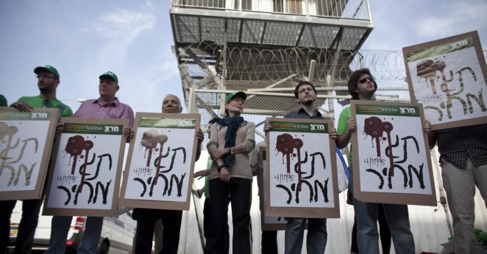 4.mai.2012 - Ativistas protestam contra a libertação de Hagai Amir, irmão de Yigal Amir, assassino do ex-premiê israelense Isaac Rabin, em frente à prisão de Ayalon, em Ramla (Israel)