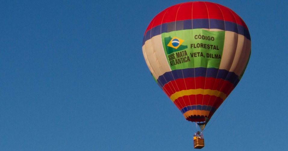 4.mai,2012 - Balão com faixa em protesto ao projeto de lei do novo Código Florestal, já aprovado pela Câmara, sobrevoa Feira Internacional de Tecnologia Agrícola em Ação (Agrishow), em  Ribeirão Preto, interior de São Paulo