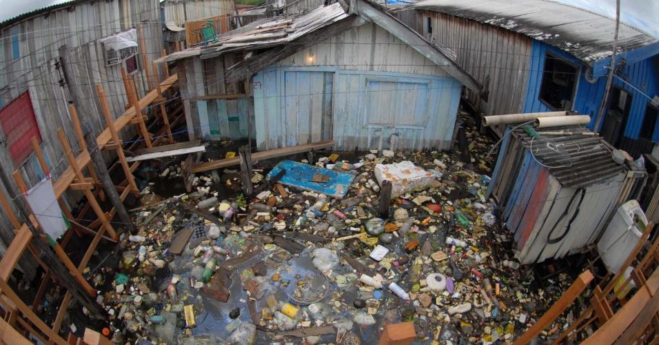 4.mai.2012 - Com as cheias dos principais rios do Amazonas, famílias que moram nas margens do Igarapé, no bairro da Glória, em Manaus, são obrigadas a sobreviverem com água e lixo
