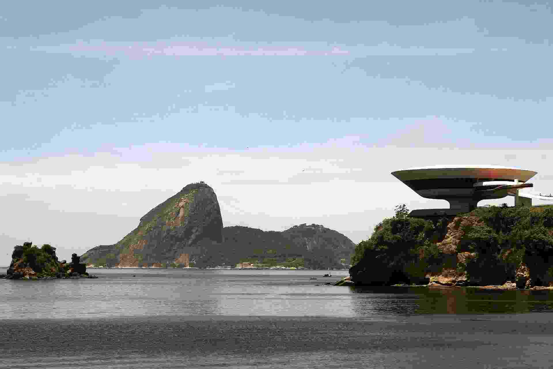 4.mai.2012 - Concebido em 1991, o Museu de Arte Contemporânea (MAC) de Niterói (RJ) foi inaugurado em 1996, com uma vista panorâmica para o Rio de Janeiro - Marcelo Sayão/EFE