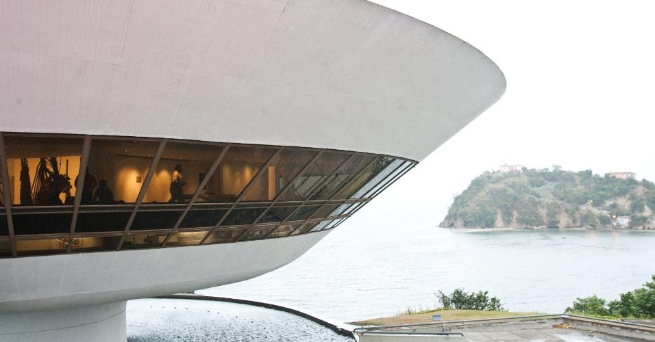 4.mai.2012 - Concebido em 1991, o Museu de Arte Contemporânea (MAC) de Niterói (RJ) foi inaugurado em 1996, com uma vista panorâmica para o Rio de Janeiro