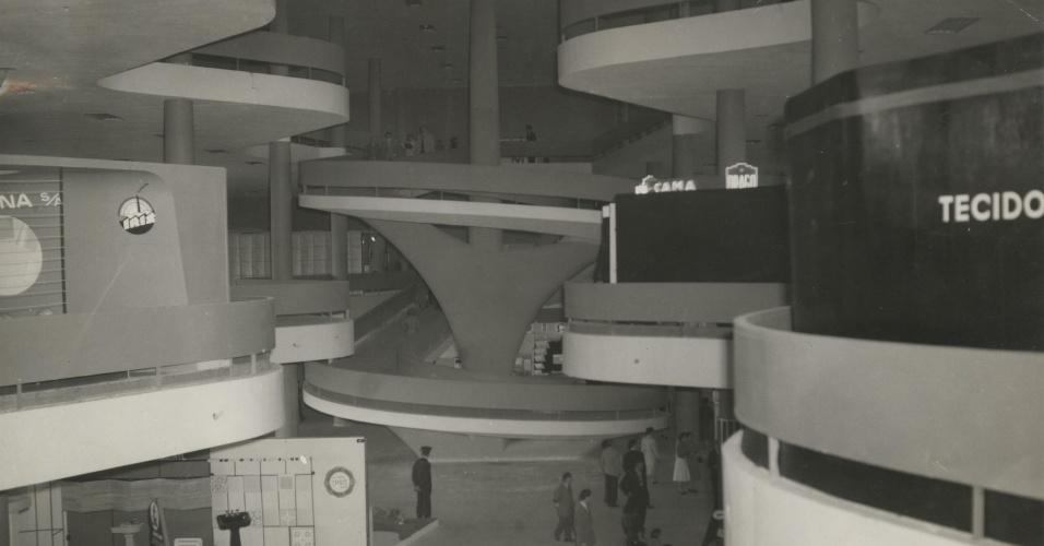 4.mai.2012 - Conjunto de rampas da Bienal, no parque do Ibirapuera, em São Paulo. O prédio foi projetado por Niemeyer em 1951