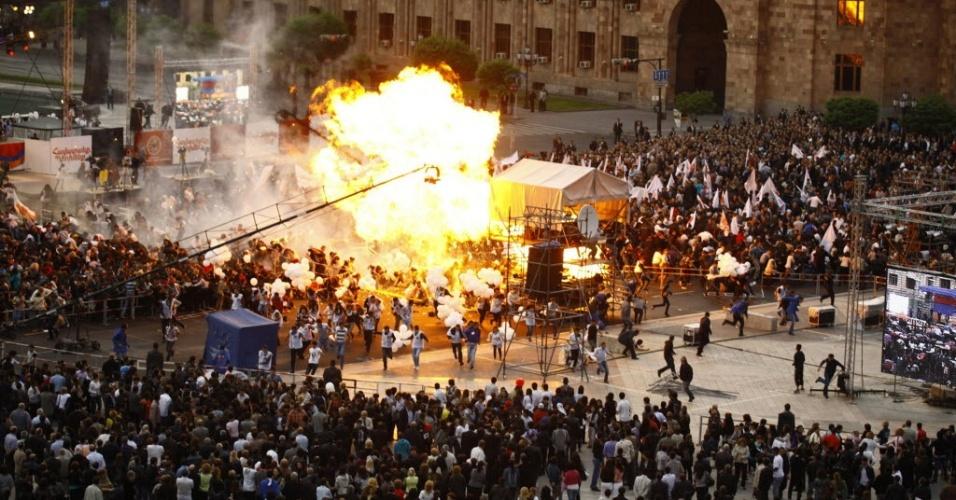 4.mai.2012 - Diversos balões de hélio explodiram durante um comício eleitoral na capital da Armênia, nas vésperas das eleições parlamentares; mais de 140 pessoas, a maioria delas menores de idade, ficaram feridas