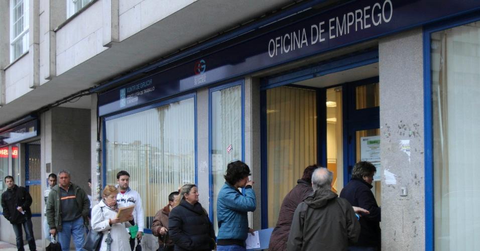4.mai.2012 - Espanhóis formam fila em frente a escritório de empregos do governo em Pontevedra, na Espanha