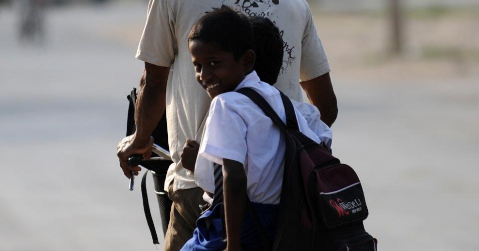 4.mai.2012 - Estudantes pegam carona em bicicleta em Jaffna, no Sri Lankab