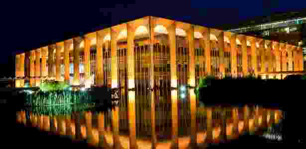 Fachada iluminada do Palácio Itamaraty, sede do Ministério da Relações Exteriores, projetado por Niemeyer - Sergio Lima - 4.mai.2012/Folhapress