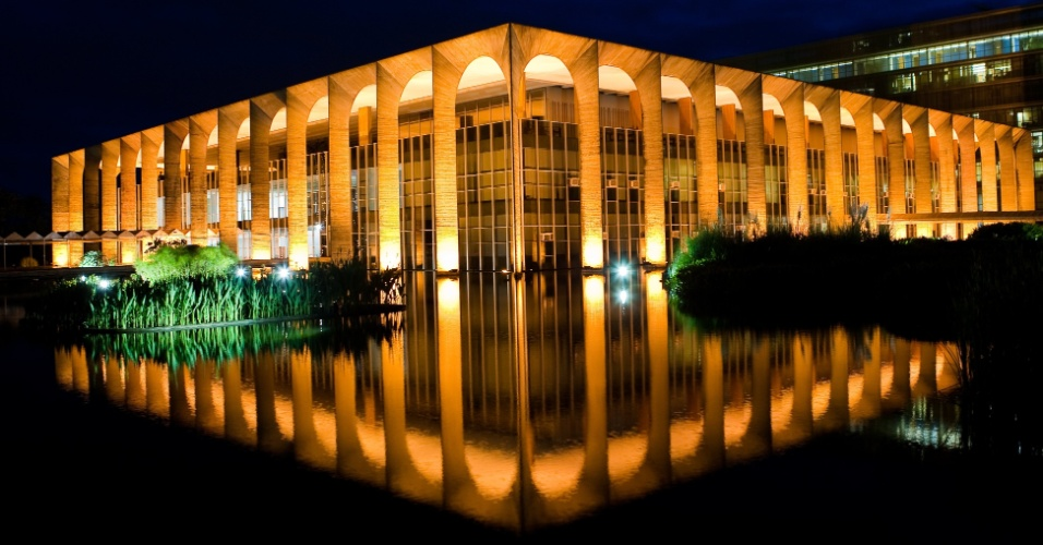 4.mai.2012 - Fachada iluminada do Palácio Itamaraty, sede do Ministério da Relações Exteriores projetada por Niemeyer