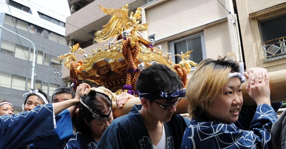 4.mai.2012 - Fiéis transportam santurário durante o festival anual de Teppozu Inari em Tóquio, no Japão